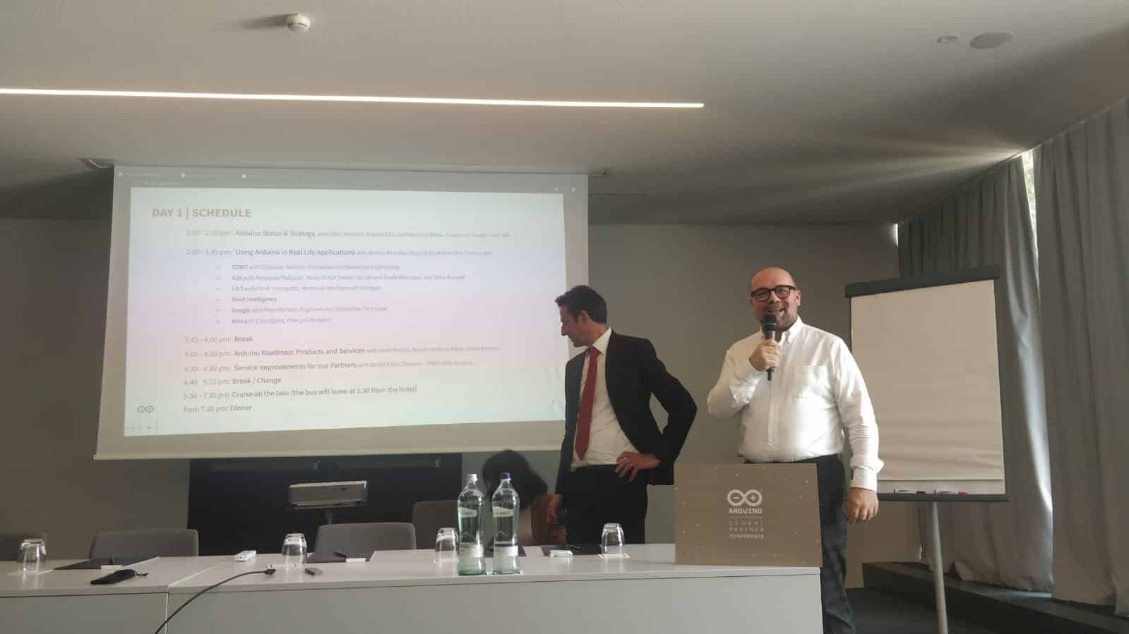 Präsentation von Fabio & Massimo Arduino während der ersten Arduino Global-Partnerkonferenz.